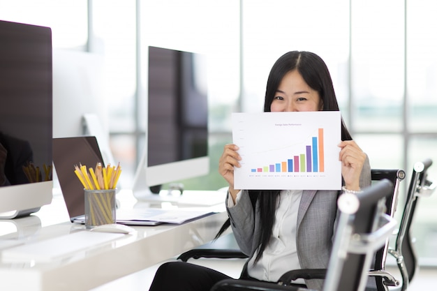 オフィスで幸せなビジネスの女性。