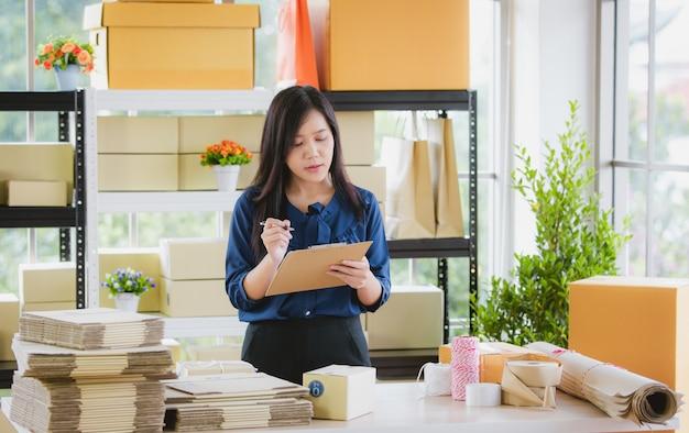ホームベースからビジネスを持つ女性。
