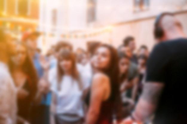 屋外パーティーぼやけて踊る人々のお祭りの背景