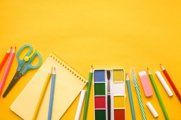 学校に戻る。黄色に対する学校のためのアイテム