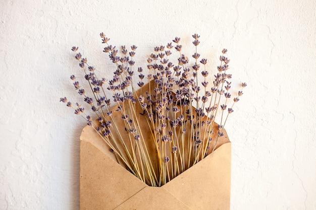ラベンダーの乾燥した紫色の花。最小限のフラットレイ