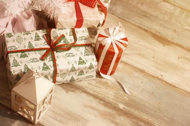 多くのクリスマスプレゼントと多重ライトとクリスマスツリーの下の白い提灯
