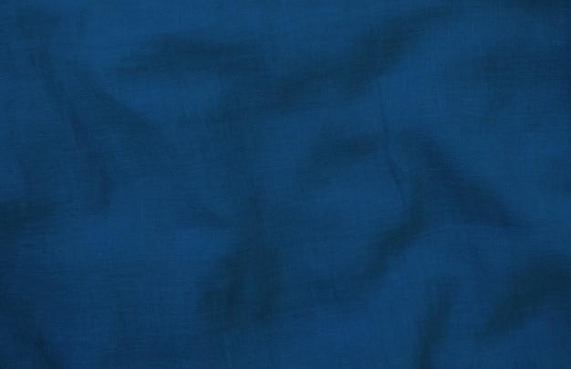 しわくちゃの青い布のテクスチャをクローズアップ。