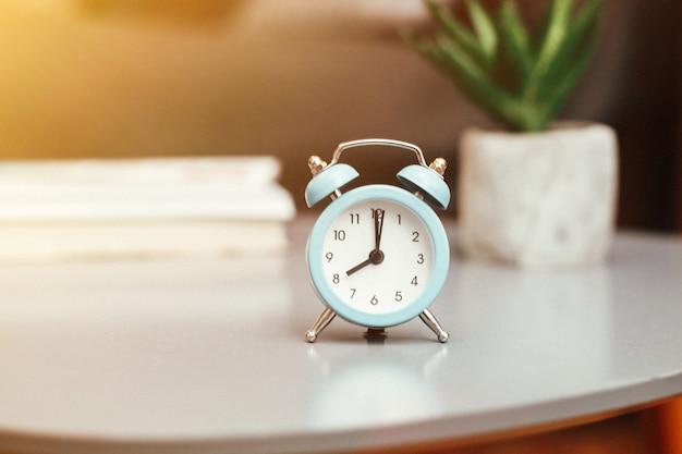 ぼやけたテーブルの目覚まし時計