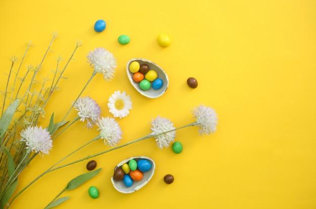 Шоколадные пасхальные яйца с разноцветными конфетами