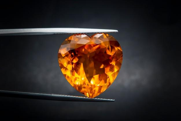 天然のマデイラ・シトリンの宝石用原石のオーバルカット。