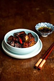 アジア料理、カラメル豚カルビ、暗い背景の木、中華料理