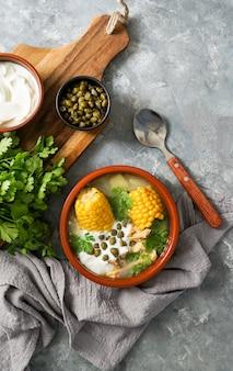Аджиако коломбиано. картофельный суп распространен в колумбии, на кубе и в перу. латинская америка