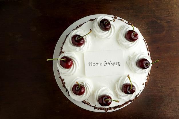 Домашняя кондитерская концепция, торт шварцвальд и открытка