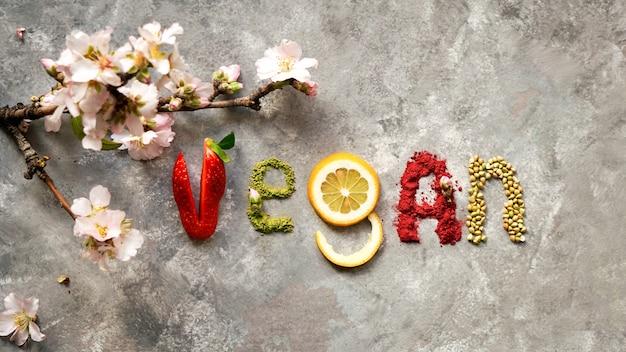 Сырой веганский пирог с фруктами и семечками, украшенный цветами