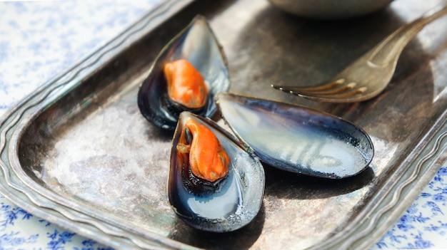 白ワインとムール貝をクローズアップ