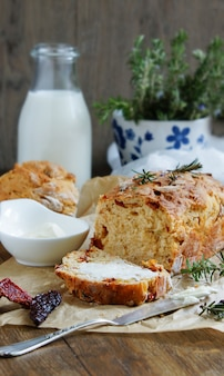 Хлеб с вялеными томатами, розмарином и чесноком