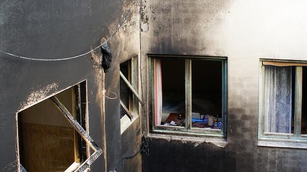 Дом, который был оставлен после большого пожара