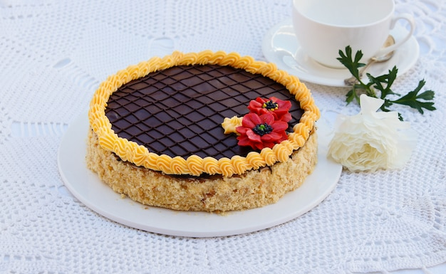 バタークリームとチョコレートのショートペストリーケーキ