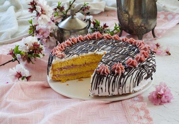 バタークリームとチョコレートのもろいペストリーケーキ