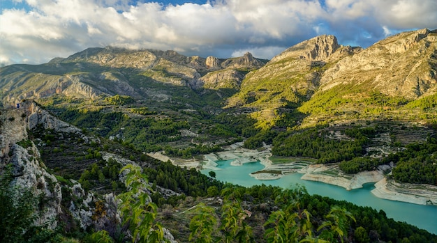 山村グアダレスト、アリカンテ、スペインの湖のある風景