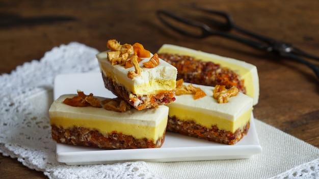 健康な生ビーガンチーズケーキ-マンゴーとパイナップル、グルテンフリー、ラクトースフリー