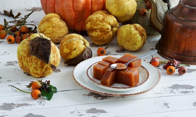 マルメロチーズは、マルメロの果肉から作られた甘くて厚いゼリーです。