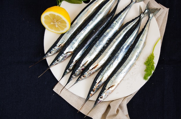 調理する準備ができてのプレートに生の新鮮な針魚(ハマグリ科)
