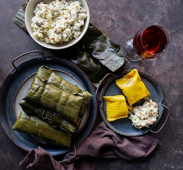 ベネズエラのクリスマスフード、ハラカス、ポークとチキンのシチューを詰めたコーン生地、チキンサラダ
