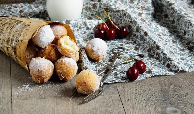 ドーナツボール、イタリアのカスタグノール、粉砂糖