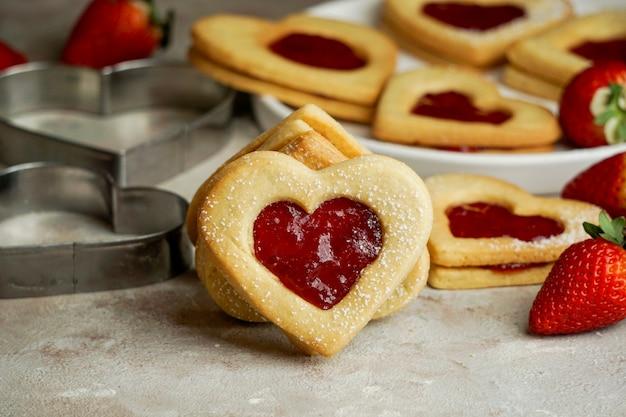 聖バレンタインの日の概念、イチゴジャムとハートの形のクッキー