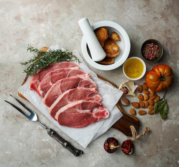 Ингредиенты для кальдерета де кордеро навидена манчега или тушеного ягненка по-испански, типичная еда кастилья ла манча на рождество