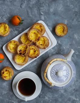 パステルデナタ、デベレン、ポルトガルカスタードタルトとも呼ばれるポルトガルの卵タルトペストリー