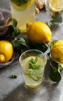 Свежий домашний лимонный лимонад с мятой