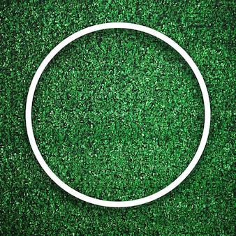 影の背景を持つ緑の芝生の上の円形の白いフレームエッジ。装飾背景要素のコンセプト