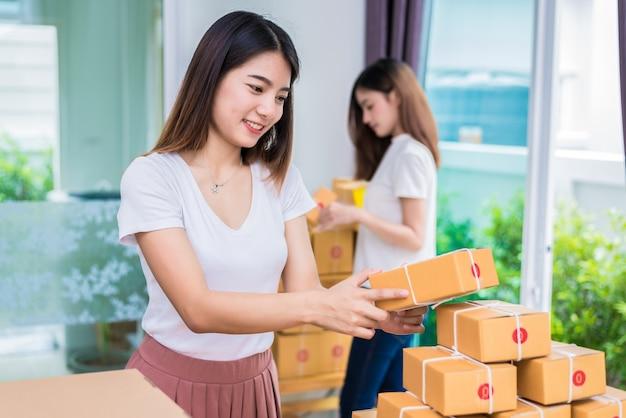 二つの若いアジア人の女の子フリーランサービジネスオーナーは、自宅で働いている