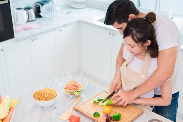 Вид сверху азиатских любовников или пар, приготовляющих завтрак утром в кухне