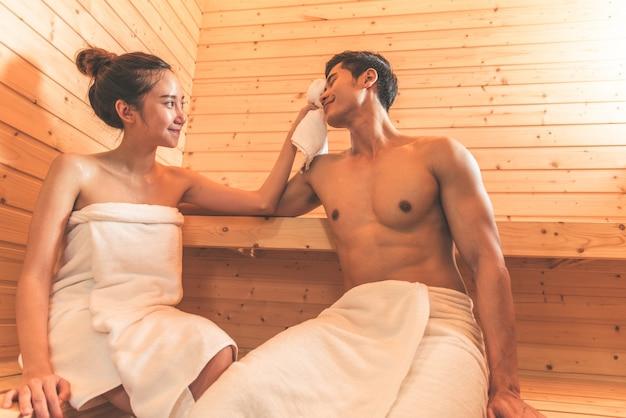 Молодые азиатские пары или любовники имеют романтический отдых в сауне
