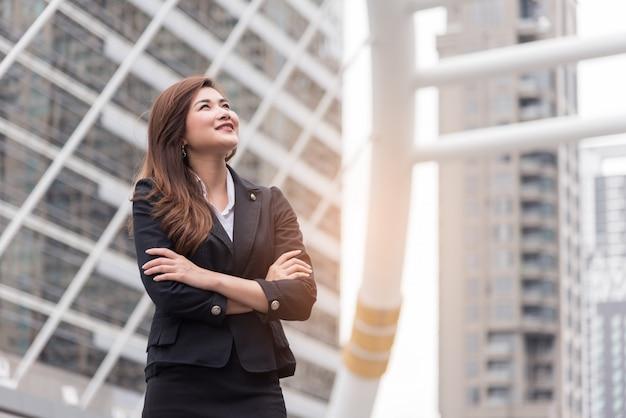 ビジネスの女性が考えて、プロジェクトの成功を捜す