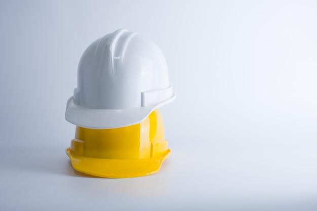 Белый и желтый защитный шлем на белом фоне