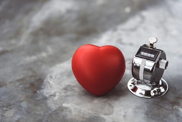 Сердце и обратный отсчет на мраморной поверхности стола. концепция медицины и здравоохранения