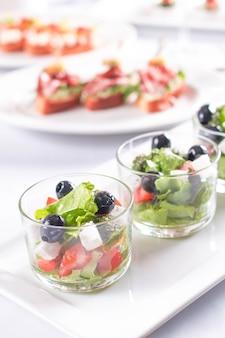 ガラスの新鮮な野菜のギリシャ風サラダ