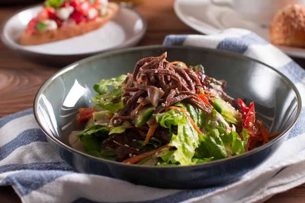 牛タンと野菜のサラダ