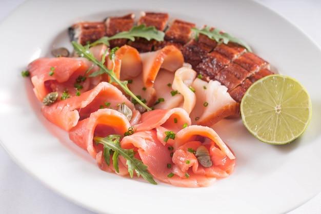 Рыбное ассорти. банкетная закуска из лосося, угря и рыбы