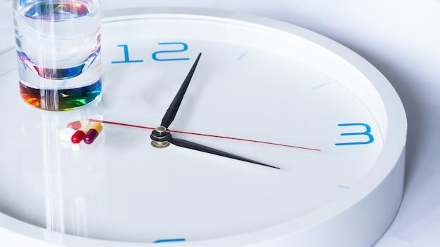 さまざまな病気の薬と一緒に時計