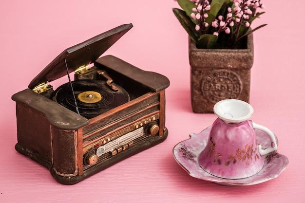 装飾的なレトロレコードプレーヤー