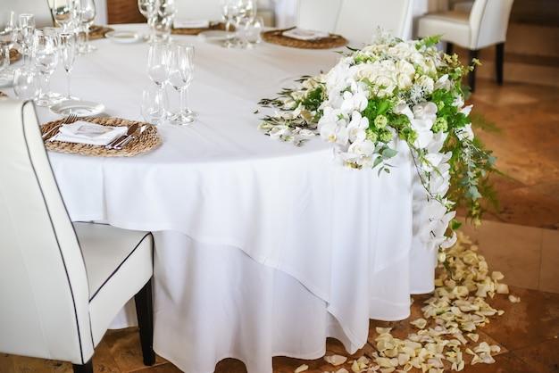 結婚式のお祝いのために飾られたレストランのラウンドテーブル