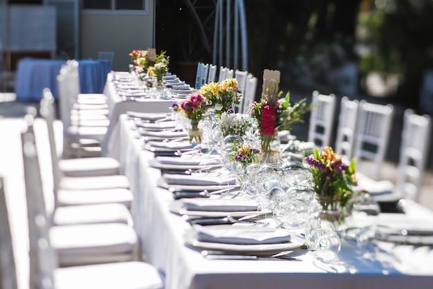 レストランでの屋外結婚式のお祝い