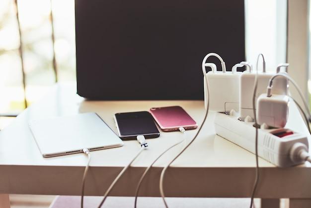 電話の充電器とラップトップのテーブル