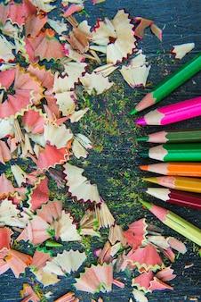 色とりどりの鉛筆の削りくず