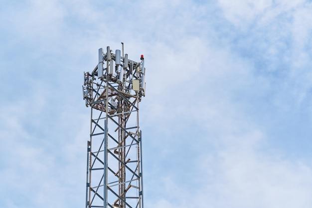 Телекоммуникационные антенны с голубым небом