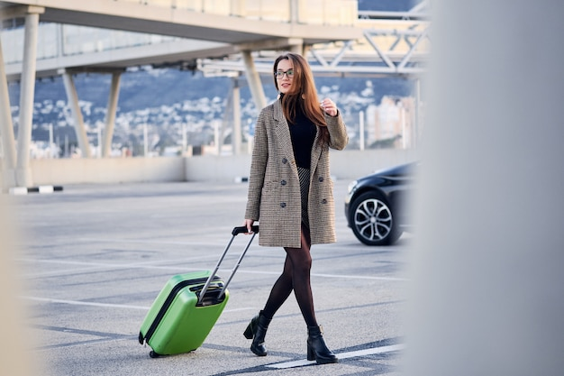 歩く若いビジネス女性