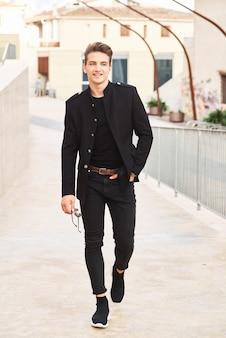 黒い服を着ている若いハンサムな男