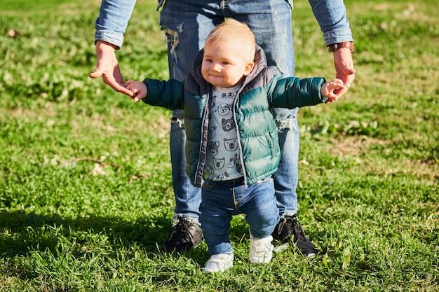 歩くことを学ぶ少年