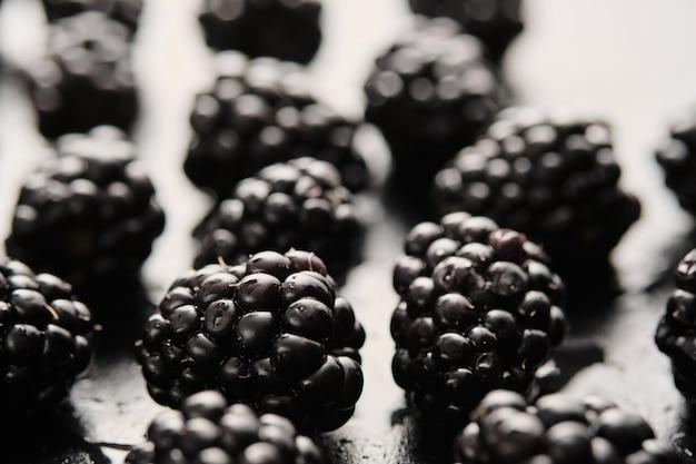 水滴とおいしい新鮮なブラックベリーのクローズアップ。